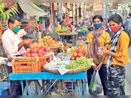 इम्युनिटी बढ़ाने वाले फल की खरीददारी करती युवतियां। - Dainik Bhaskar