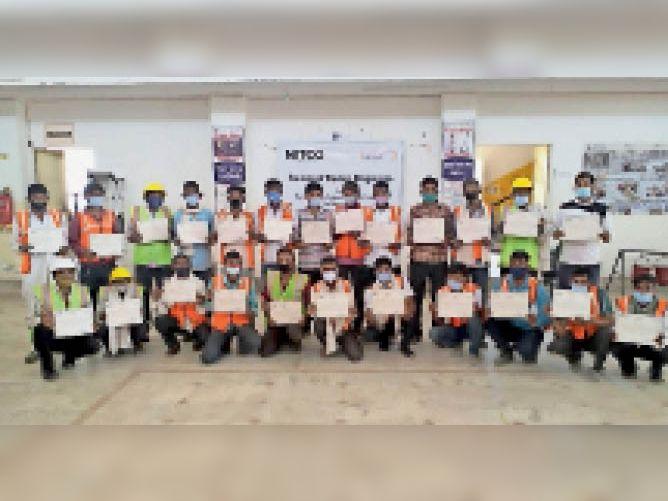 टोंक  टोंक में आयोजित दो दिवसीय कार्यशाला में उपस्थित निटको के प्रतिनिधि और लाभार्थी। - Dainik Bhaskar