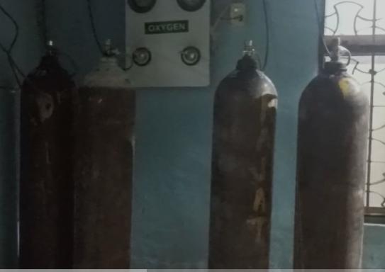 रात 12 बजे मरीजों को ऑक्सीजन सप्लाई के लिए लगाए गए तीन सिलेंडर।
