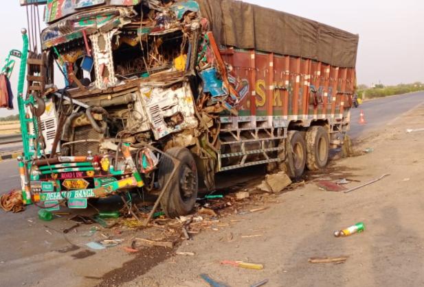 हाईवे पर पीछे से भिड़ा ट्रक, ड्राइवर एक्सीडेंट कर भागा, ट्रक में बैठी सवारी फंसी, पुलिस की सतर्कता से बचा ग्वालियर,Gwalior - Dainik Bhaskar