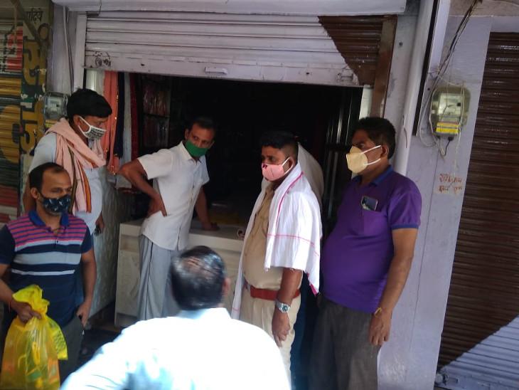 मौके पर पहुंचे अधिकारियों ने बाहर निकलवाया। - Dainik Bhaskar