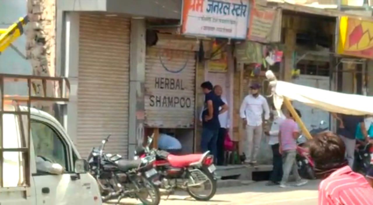 दुकानदार मानने को तैयार नहीं, आधा शटर खोलकर बेच रहे सामान; 11 बजे तक आमदिनों की जैसी नजर आ रही भीड़|बाड़मेर,Barmer - Dainik Bhaskar