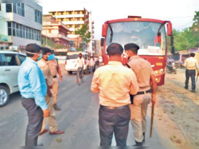 मानक के अनुसार यात्रियों को बैठाने को लेकर बस की जांच करते डीएम व अन्य। - Dainik Bhaskar