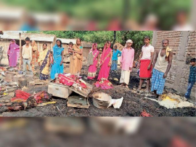 योगापट्टी के चमुखा गांव में जले घर व सामान देखते पीड़ित। - Dainik Bhaskar