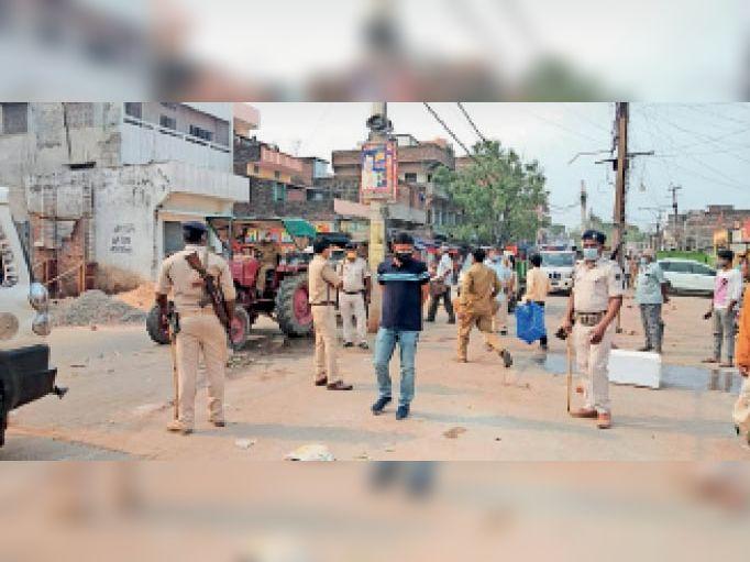 शहर में जांच के दौरान उपस्थित अधिकारी व पुलिस बल। - Dainik Bhaskar