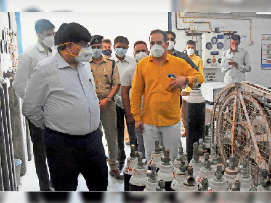 चौ. बंसीलाल नागरिक अस्पताल स्थित ऑक्सीजन केंद्र का औचक निरीक्षण करते डीसी जयबीर सिंह आर्य। - Dainik Bhaskar