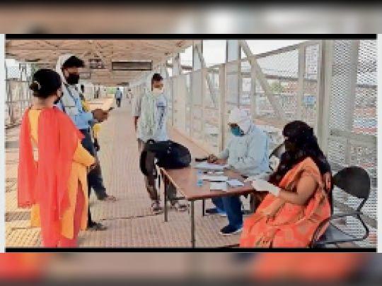 सासाराम रेलवे स्टेशन पर यात्रियों की जांच करती मेडिकल टीम। - Dainik Bhaskar