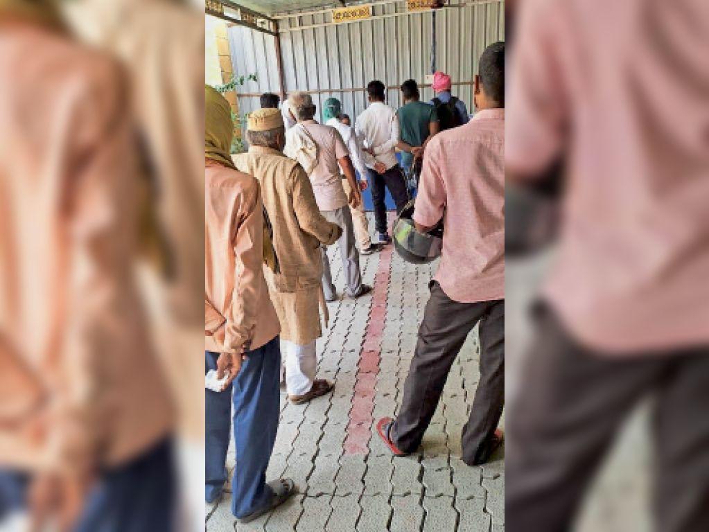 कोरोना जांच के लिए अनुमंडलीय अस्पताल में कतारबद्ध लोग। - Dainik Bhaskar
