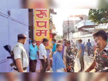 कार्रवाई के दौरान दरभंगा टावर पर जुटी पुलिस। - Dainik Bhaskar