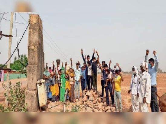कोलवा।  पानी की समस्या गहराने से आक्रोशित ग्रामीणों ने विरोध प्रदर्शन किया। - Dainik Bhaskar