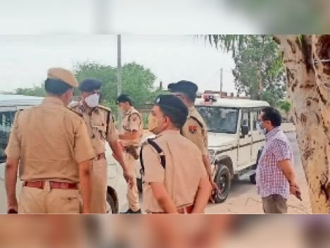 महवा अनुशासन पखवाड़े के दौरान व्यवस्थाओं का जायजा लेने के दौरान  पुलिस अधिकारियों से जानकारी लेते एडीजी बीजू जॉर्ज जोसेफ। - Dainik Bhaskar