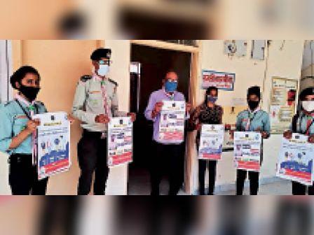 दौसा|हिंदुस्तान स्काउट गाइड के पोस्टर का विमोचन करते सूचना एवं जनसंपर्क विभाग के सहायक निदेशक रामजीलाल मीणा। - Dainik Bhaskar