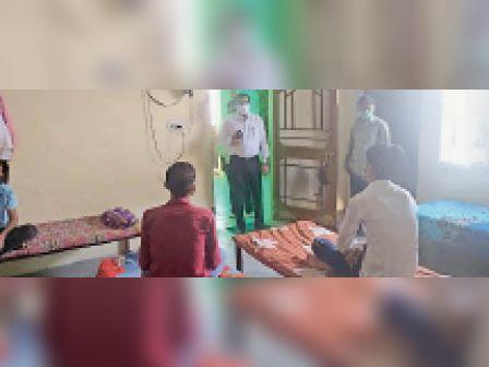 दौसा|बाल गृह का निरीक्षण करते जिला विधिक सेवा प्राधिकरण के सचिव प्रदीप कुमार। - Dainik Bhaskar