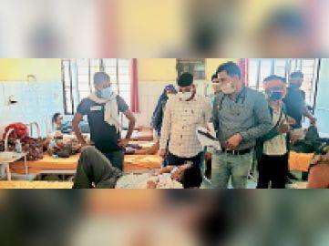 महवा|सामुदायिक स्वास्थ्य केंद्र में रोगियों से जानकारी लेते विधायक। - Dainik Bhaskar