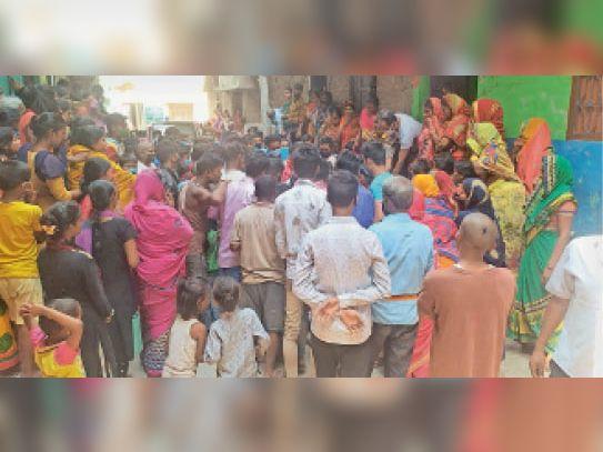 पियूष के घर के बाहर लगी लोगों की भीड़। - Dainik Bhaskar