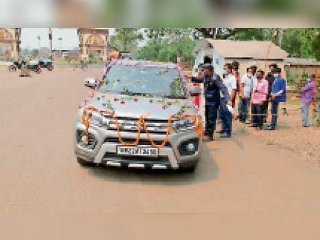 दूल्हे की गाड़ी का जांच करती नेपाल की पुलिस। - Dainik Bhaskar