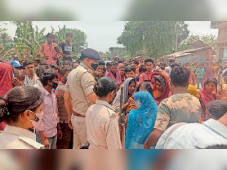 जनार्दनपुर में सड़क जाम करते लोगाें काे समझाती पुलिस। - Dainik Bhaskar