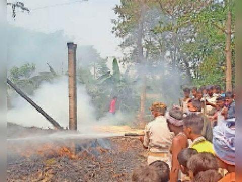बेलाही दुल्लाह में आग बुझाने में जुटे अग्निशमन दल के लोग व ग्रामीण। - Dainik Bhaskar