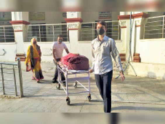 टोंक  अस्पताल में ऑक्सीजन की कमी के कारण अस्पताल प्रशासन की और से डिस्चार्ज किए जाने के बाद मरीजों को लेकर रवाना होते परिजन। - Dainik Bhaskar