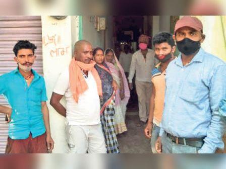 लूटपाट की घटना के बाद घर बाहर खड़े सभी किरायेदार। - Dainik Bhaskar