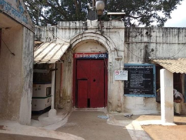 छत्तीसगढ़ के जशपुर जिला जेल की बैरक में मौजूद 46 कैदियों का सैंपल टेस्ट किया गया। इसमें से 21 की रिपोर्ट पॉजिटिव आई है। - Dainik Bhaskar