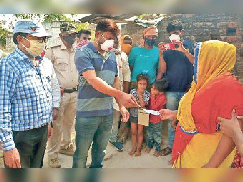 सीओ की मौजूदगी में पीड़ित परिवार को चेक देते डुमरांव विधायक अजीत कुशवाहा। - Dainik Bhaskar