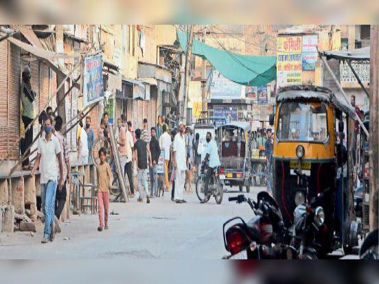 पाबंदी के बावजूद लोग मोहल्लों में बेवजह बिना मास्क घूम रहे हैं। - Dainik Bhaskar