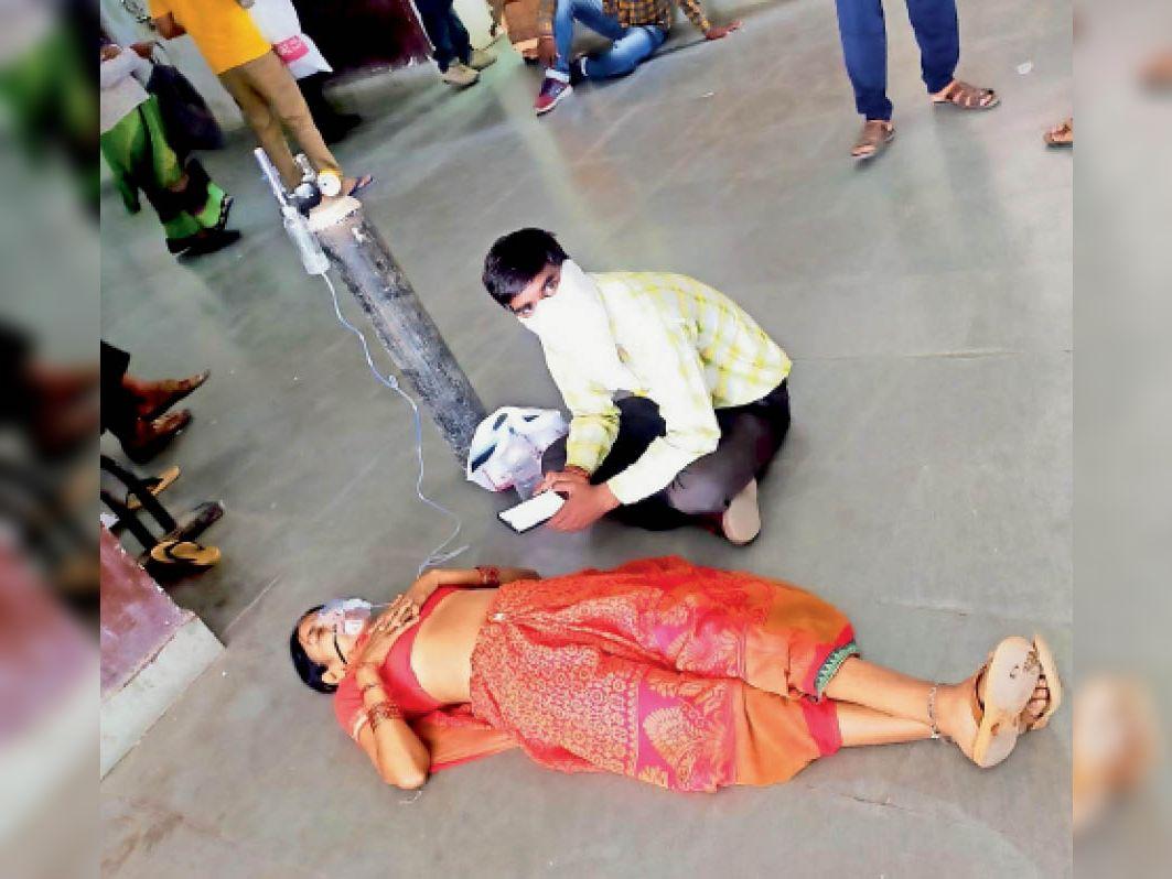 एमबीएस में फर्श पर भर्ती मरीज - Dainik Bhaskar