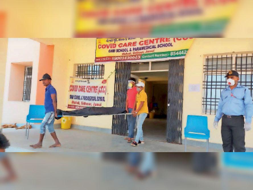 इधर, लापरवाही: परिजनों को नहीं मिला पीपीई किट, बिना ग्लब्स व जूते के ले गए शव - Dainik Bhaskar