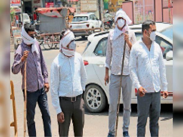 पुलिसकर्मियों ने ऐसे किया धूप व कोरोना का बचाव। - Dainik Bhaskar