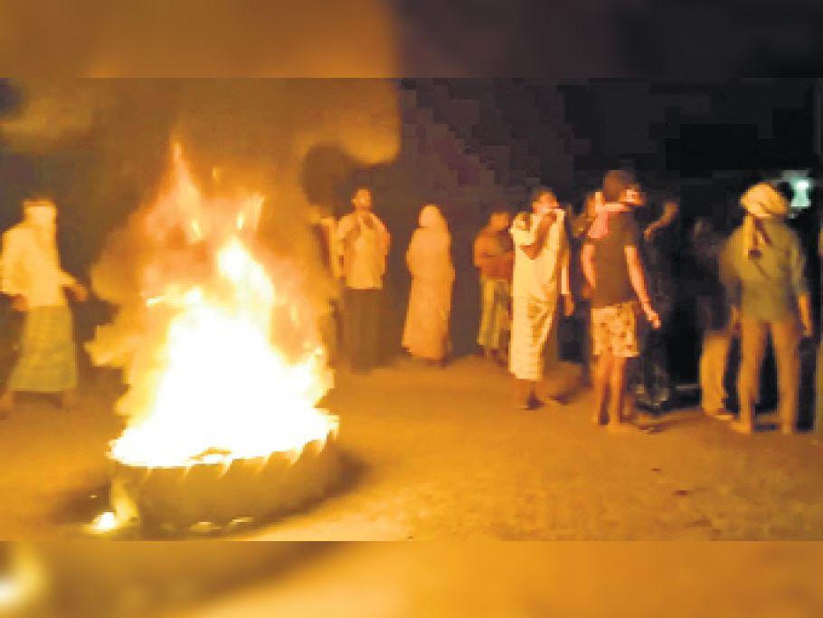 मनिहारी के नारायणपुर के समीप सड़क हादसे में दो लोगों की मौत के बाद अागजनी कर प्रदर्शन करते लाेग। - Dainik Bhaskar