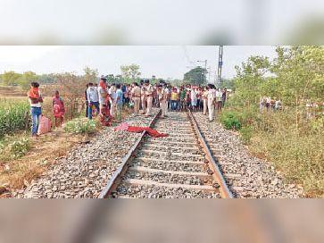 हिलसा में नाबालिग की हत्या के बाद ट्रैक पर जमा लोगों की भीड़। - Dainik Bhaskar