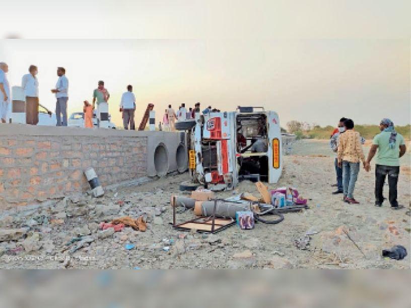 धुंधाड़ा। लूणी नदी में एक यात्री बस गिर गई जिसमें अनेक यात्री घायल हो गए। - Dainik Bhaskar