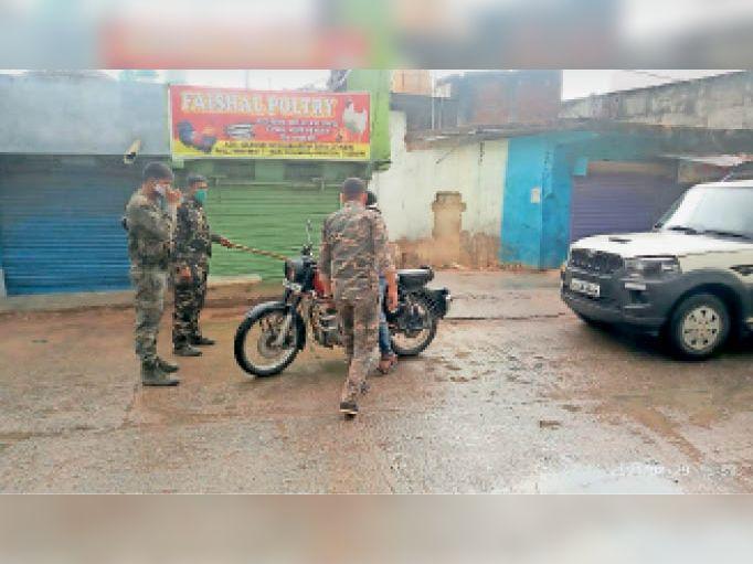 सड़काें पर निकले लोगों को रोकती पुलिस। - Dainik Bhaskar