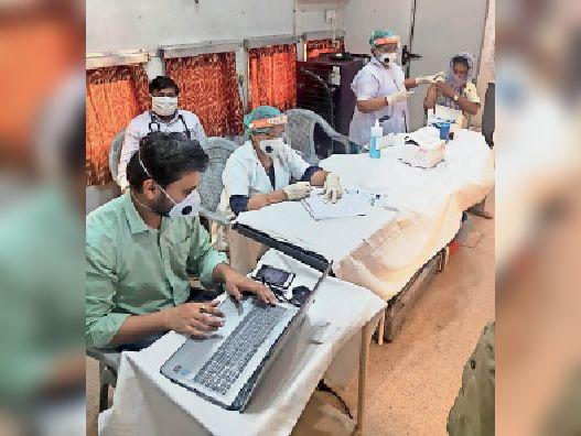 सीवान स्टेशन पर वैक्सीन देते रेलवे स्वास्थ्य विभाग के कर्मी। - Dainik Bhaskar