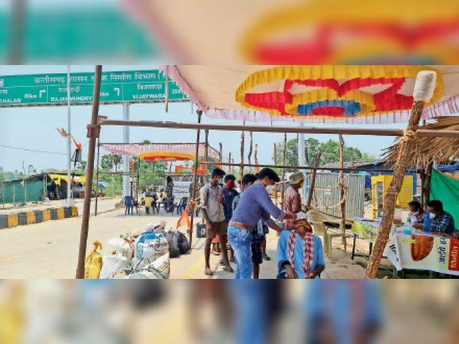 दूसरे राज्यों से आ रहे लोगों का कोंटा सीमा में किया जा रहा कोरोना टेस्ट। - Dainik Bhaskar