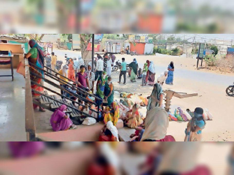 राशन लेने के लिए दुकान पर लगी लोगों की भीड़। - Dainik Bhaskar