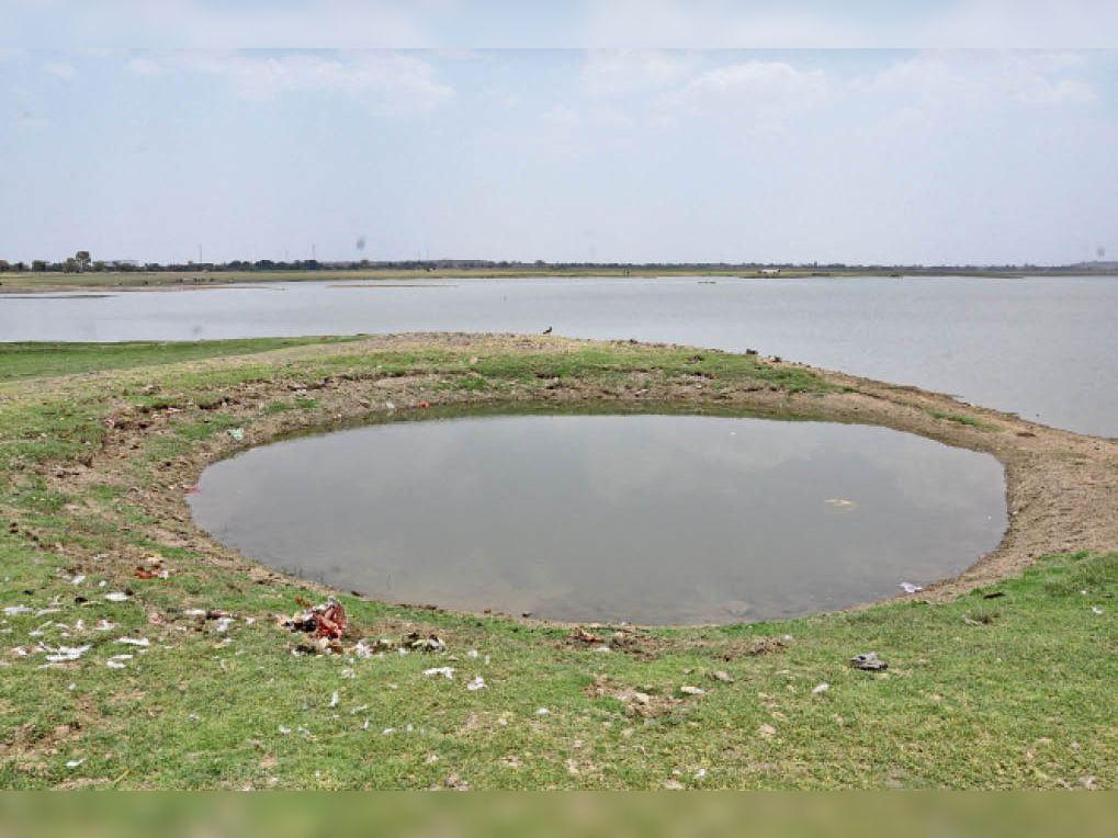 डेम किनारे के गांव वाले मोटर लगाकर खींच रहे पानी - Dainik Bhaskar
