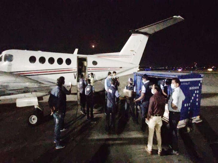 बुधवार देर रात रेमडेसिविर की एक और खेप इंदौर एयरपोर्ट पर उतरी। - Dainik Bhaskar