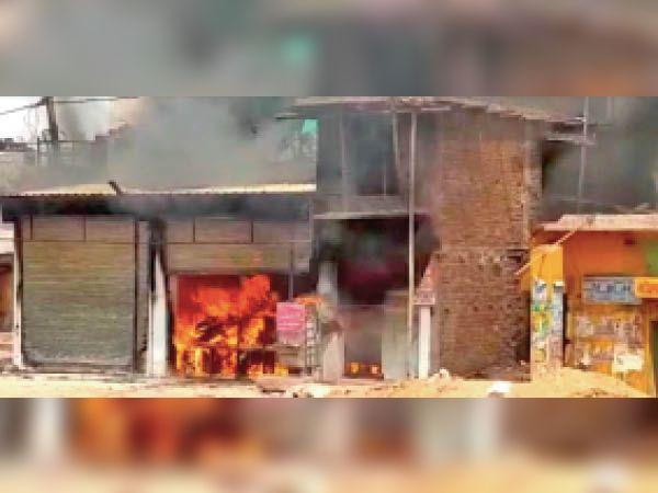 अंधियारखोर. दुकान में आग लगने से सामान जलकर खाक हो गया। - Dainik Bhaskar