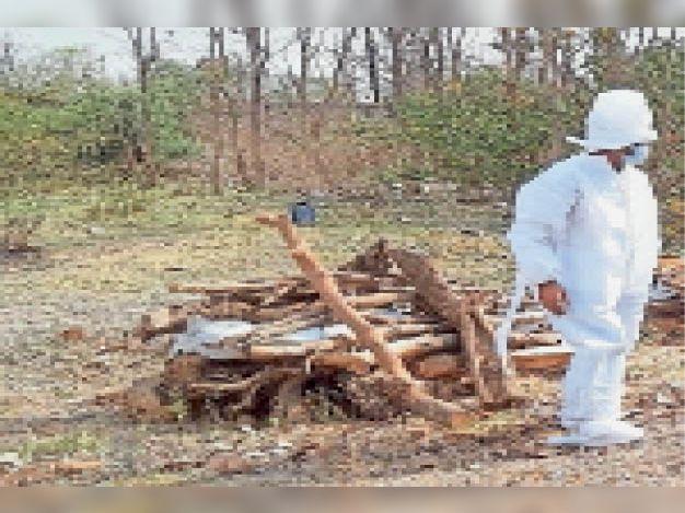 टीकमगढ़| कोरोना संक्रमित का अंतिम संस्कार मुक्तिधाम पर किया गया। - Dainik Bhaskar
