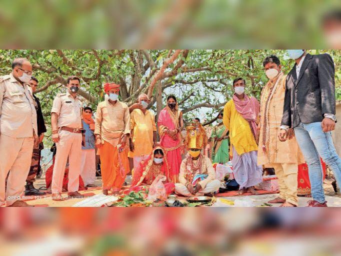 मरकच्चो के कर्माधाम में मास्क और सोशल डिस्टेंसिंग का पालन करते हो रही शादी। - Dainik Bhaskar