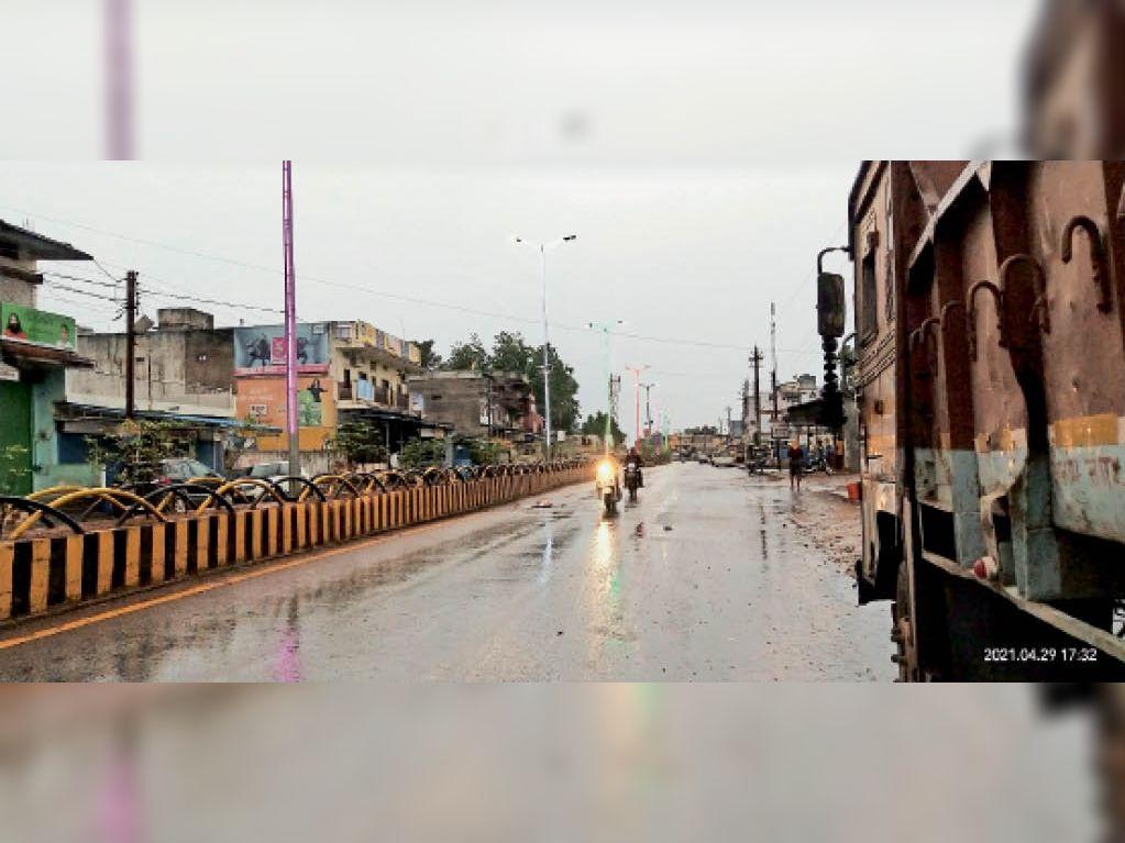 दंतेवाड़ा में गुरुवार को दोपहर करीब 3 घंटे तक तेज बारिश हुई, कुछ जगह ओले भी गिरे। - Dainik Bhaskar