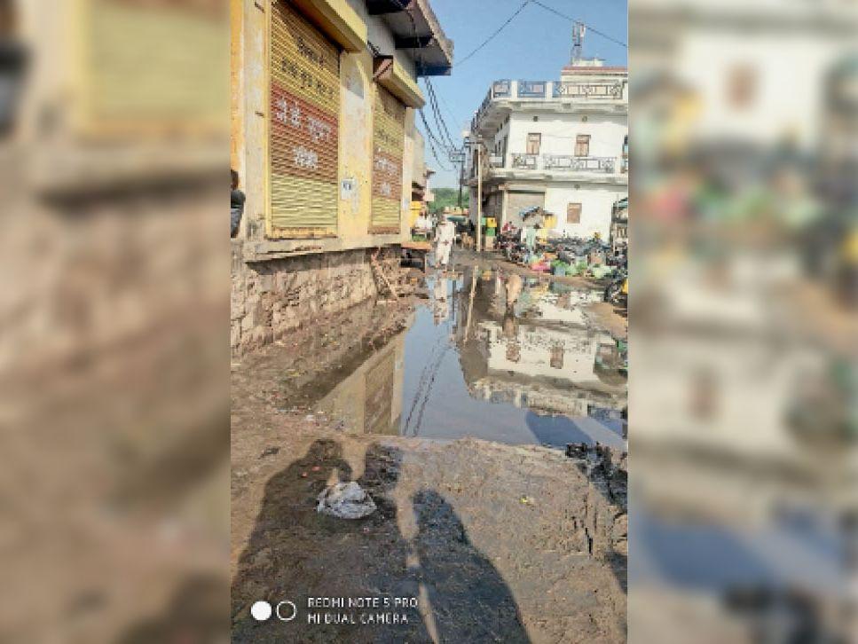लक्ष्मणगढ़. सब्जी मंडी के मुख्य मार्ग पर भरा गंदा पानी। - Dainik Bhaskar