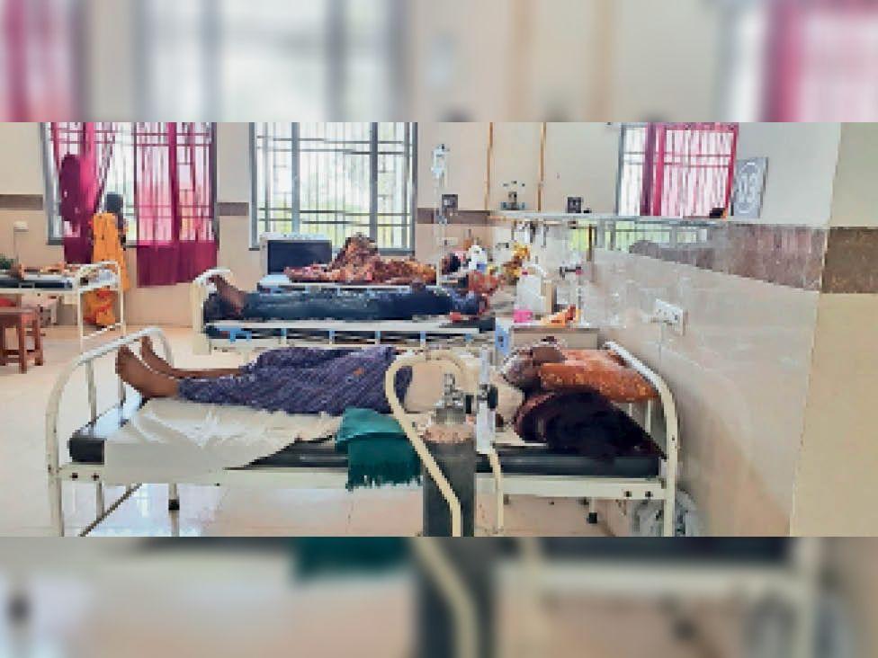 बालोद. जिला मुख्यालय के कोविड अस्पताल में ऑक्सीजन सपोर्ट के भरोसे 80 मरीजों की सांसें चल रही। - Dainik Bhaskar