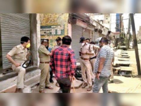 बाजार में बंद के बाद भी दुकानें खोलने वालों पर कार्रवाई करती पुलिस। - Dainik Bhaskar