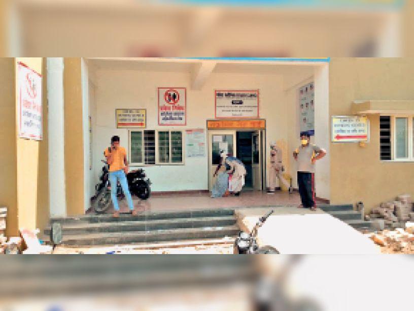 दतिया में कोविड जांच केंद्र पर मंगलवार को भारी भीड़ थी। लेकिन नए आदेश का पता चलने से कम ही लोग आए। - Dainik Bhaskar
