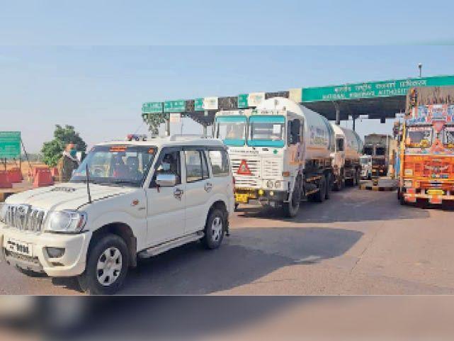 पुलिस की सुरक्षा में दतिया में आए ऑक्सीजन सिलेंडर। - Dainik Bhaskar