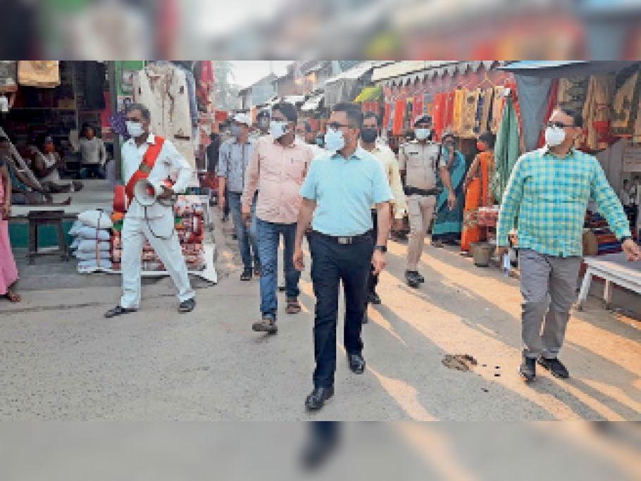 सदर थाना क्षेत्र के खुश्कीबाग बाजार का निरीक्षण करते डीएम व अन्य पदाधिकारी। - Dainik Bhaskar