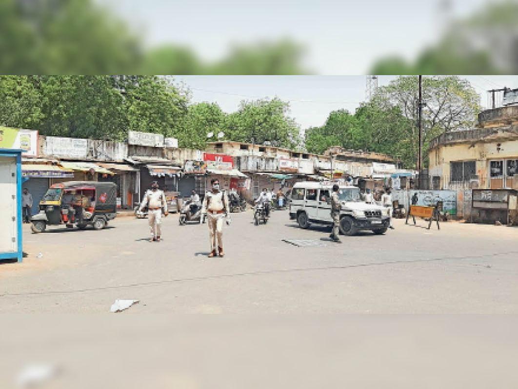 श्योपुर शहर में मुख्य चौराहे पर गश्त करती पुलिस, फिर भी लॉकडाउन में घर से निकल कर लापरवाही बरत रहे लोग। - Dainik Bhaskar